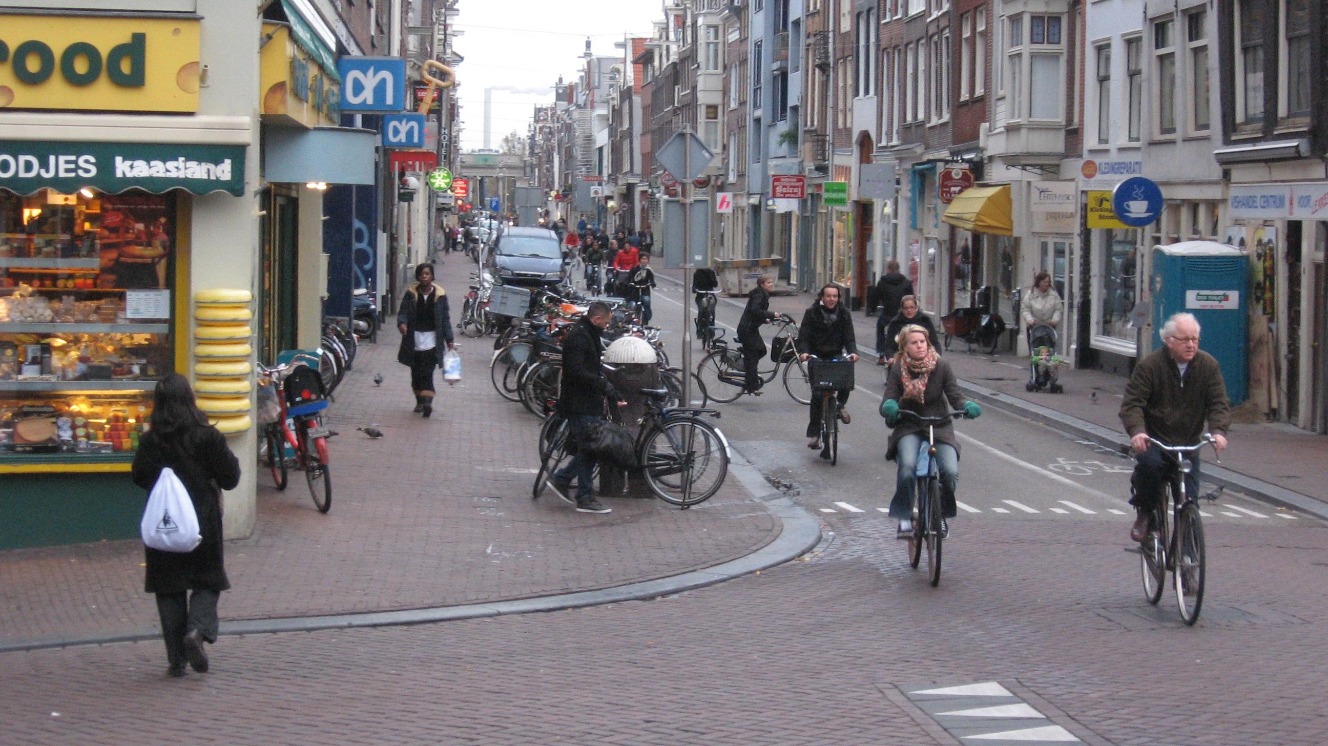 شوارع أمستردام ومسارات الدراجات المفصولة