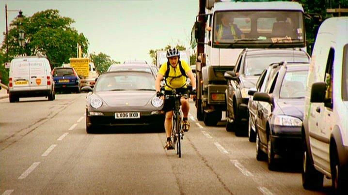 دراجة في وسط الشارع