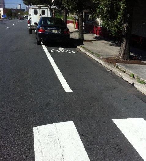 سيارات واقفة على مسار الدراجين