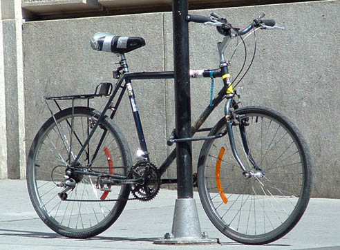 دراجة مربوطة قرب مدخل العمارة