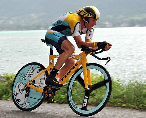 دراجة رياضة الثلاثيات وضعية صاروخية