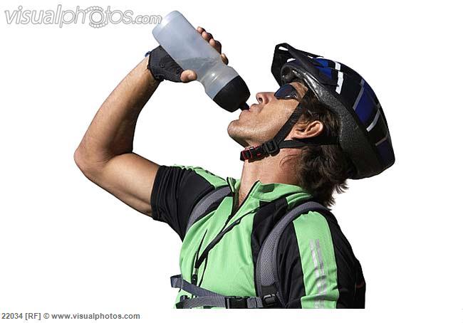 شرب الماء على دراجة