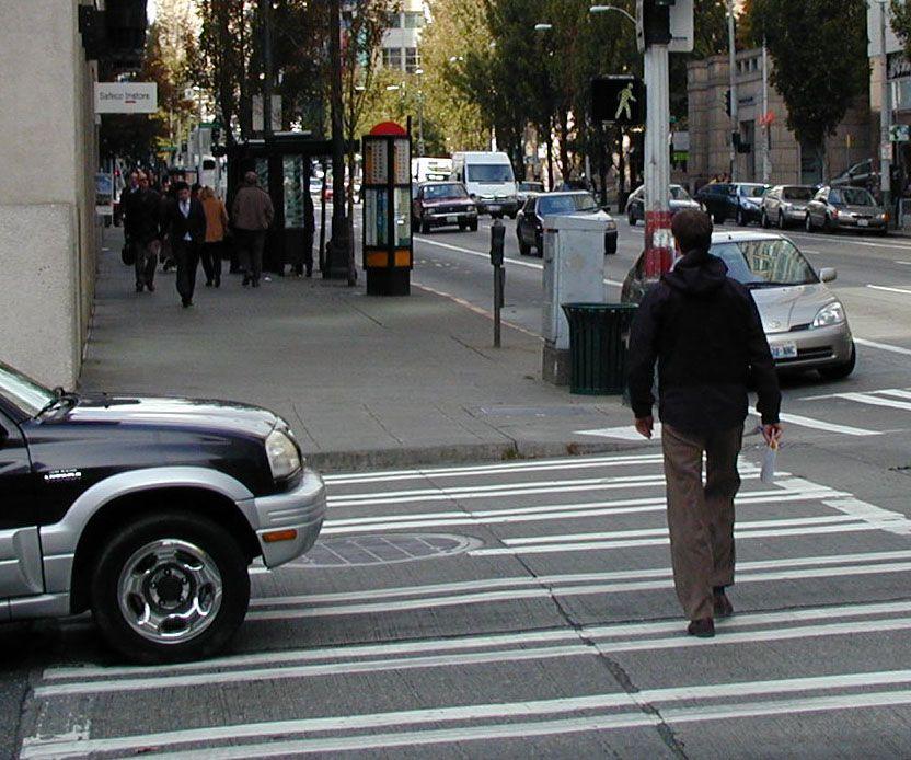 من يعبر الشارع أولا؟