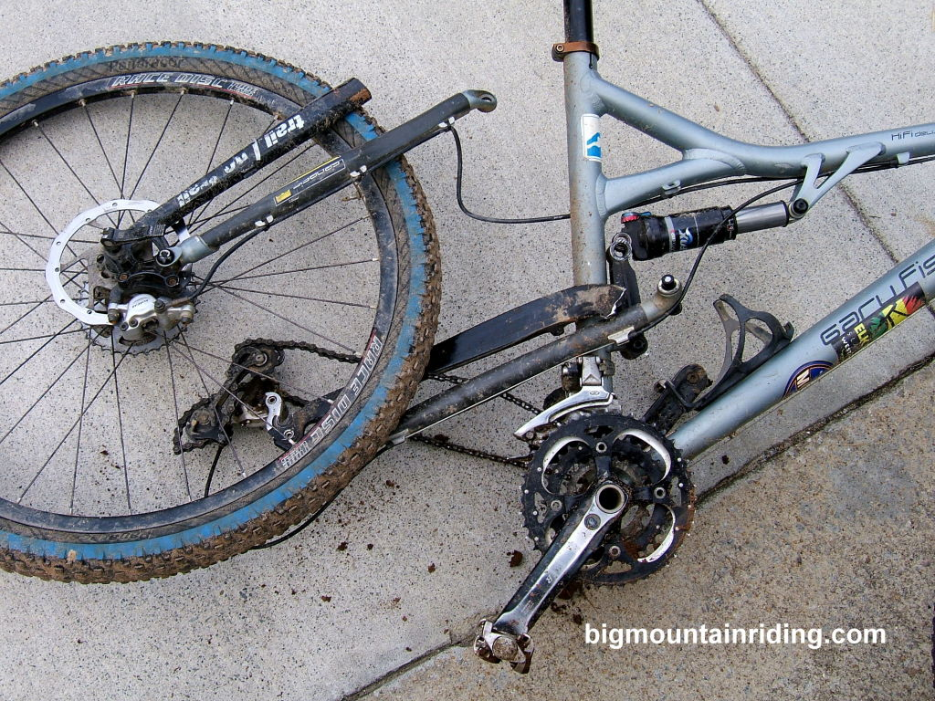 انهيار هيكل دراجة جبلية ألمنيوم بعد سقوط قوي