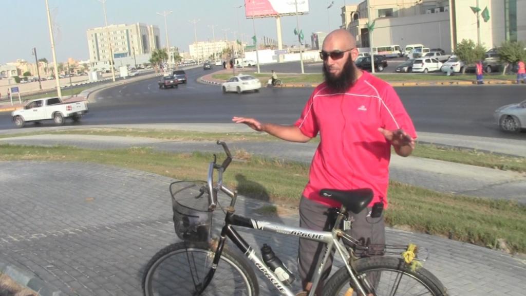 حسام مع دراجته في دوار القارب