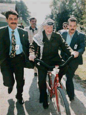 ياسر عرفات يركب دراجة هوائية