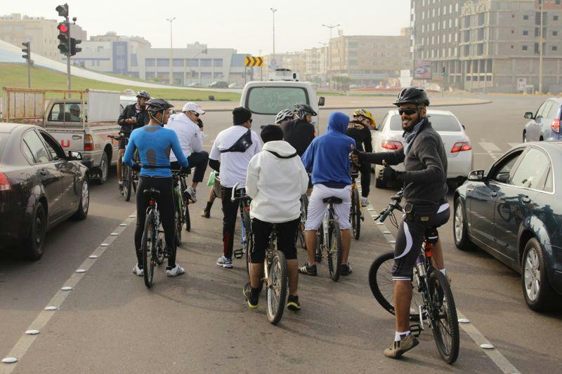فريق دراجتي عند دوار الصدفة في أحد المسارات