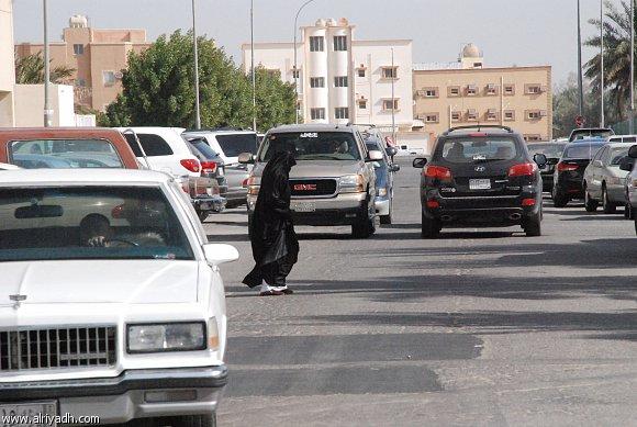 امرأة تقطع الشارع بخوف وقلق