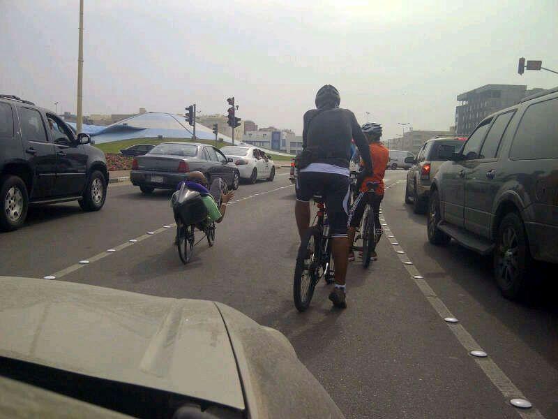 دراجات تقف أمام السيارات ظاهرة عند الإشارة