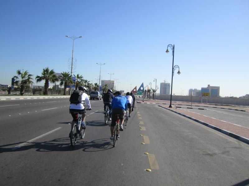شباب دراجون يسيرون في وسط المسار