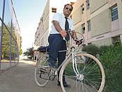 الأستاذ د. عبدالباسط سلمان على دراجة هوائية إلى عمله