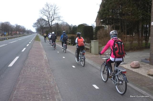 سير الدراجات خلف بعضها على يمين المسار