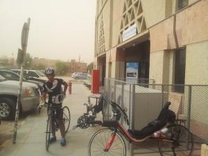 زيد الطويل يخرج من محطة قطار الرياض بدراجته