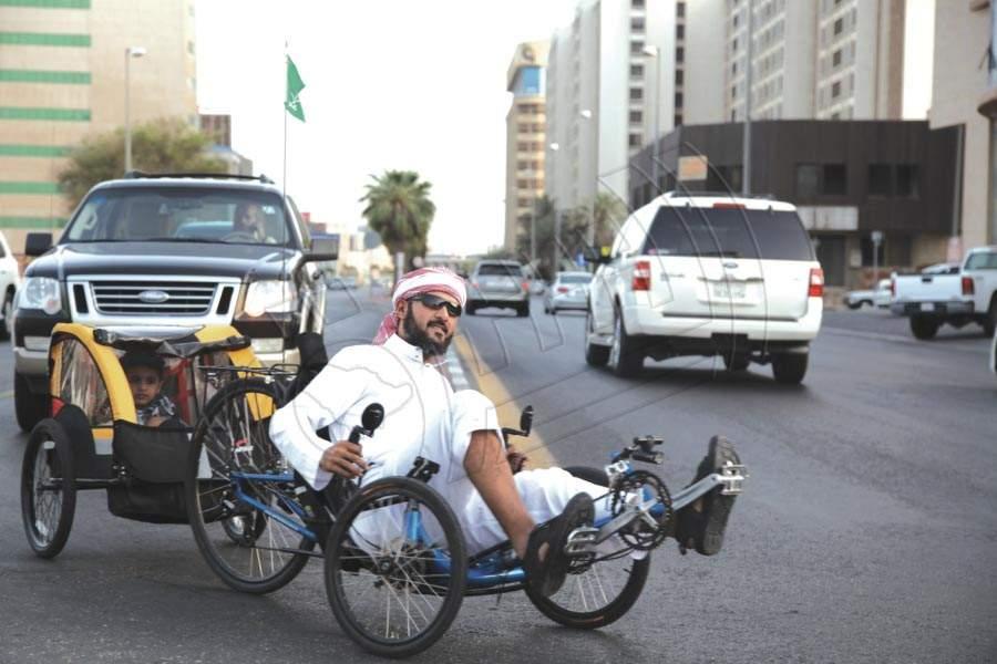 خالد الصقعبي يركب جارية ويسحب ابنه