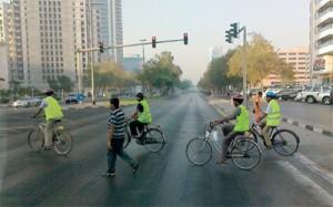 خوذة وعواكس ودراجات أسلوب المشاة في دبي