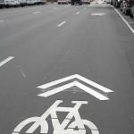 علامة الدراجة في وسط المسار