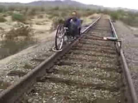 جارية تسير على الحديد