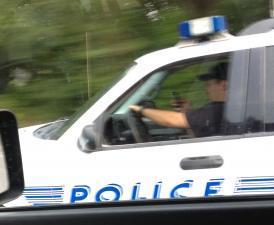 شرطي يقود ويتواصل بالجوال!