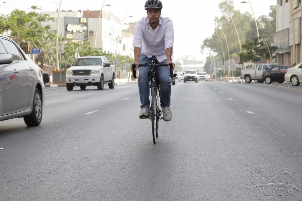 راكب دراجة يقود بطريقة نظامية