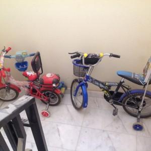 دراجات الأطفال يلعبون بها معي