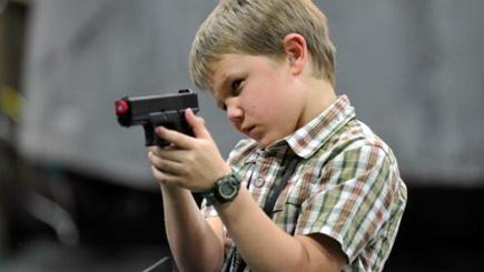 مسدس في يد طفل.