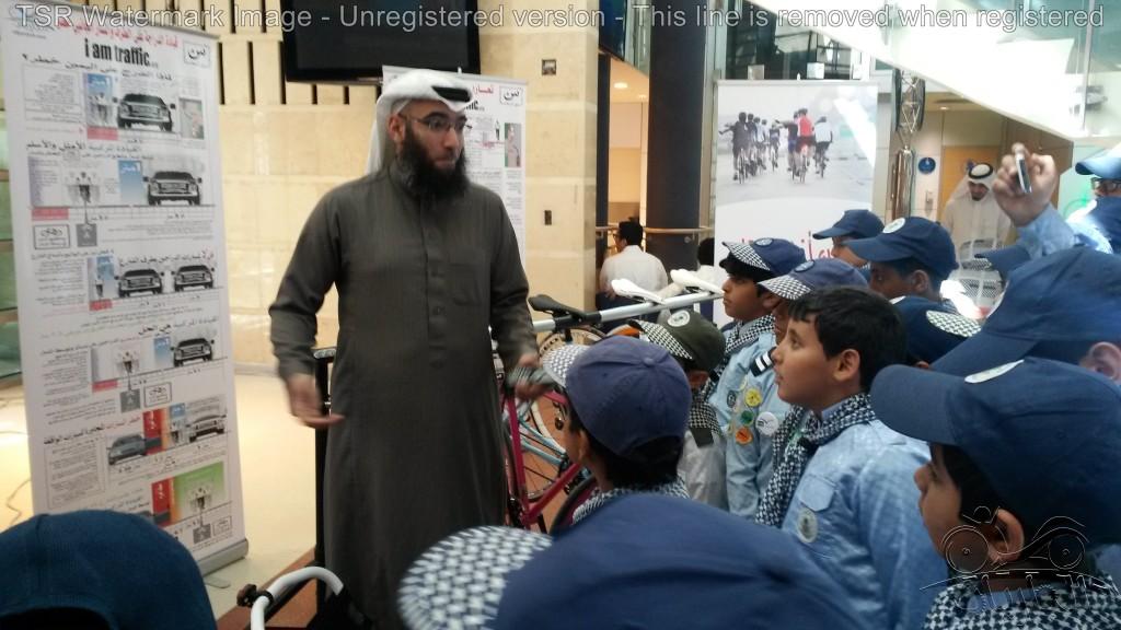 حسام الملحم يعلم القيادة المركبية لطلاب المدارس