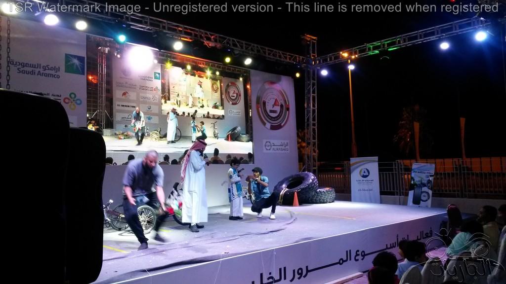 عمر سمرقندي وفريق الجاريات على مسرح أسبوع المرور