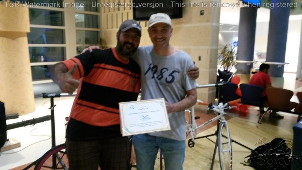 مدير دراج ناجي الدوسري يقدم شكرا للجاريات بيد خالد الصقعبي