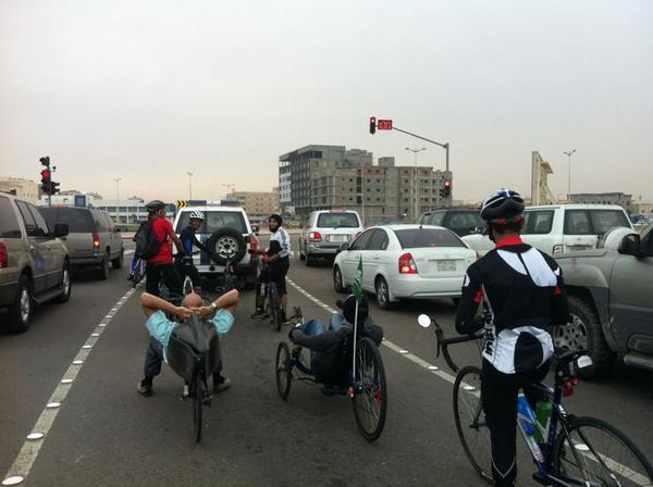 جاريتين في وسط مجموعة دراجين