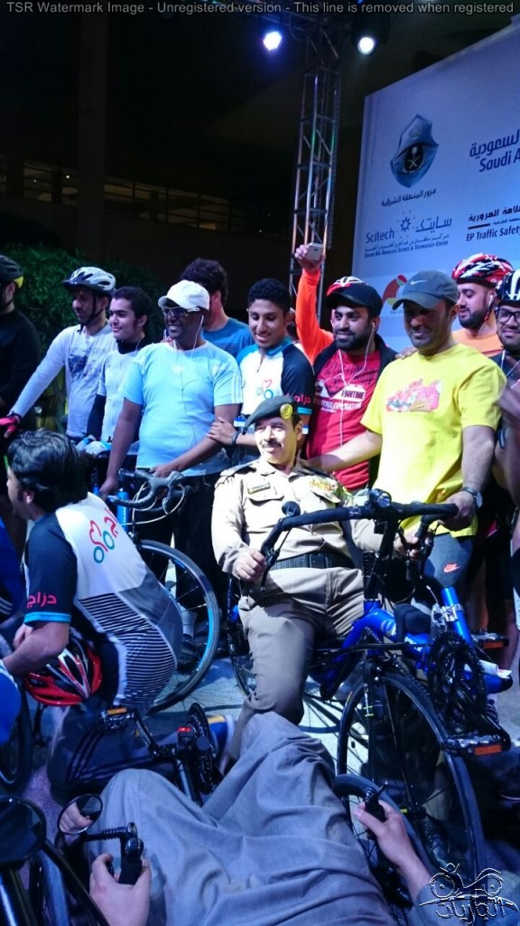 سعيد الأحمري يركب دراجة هوائية جارية