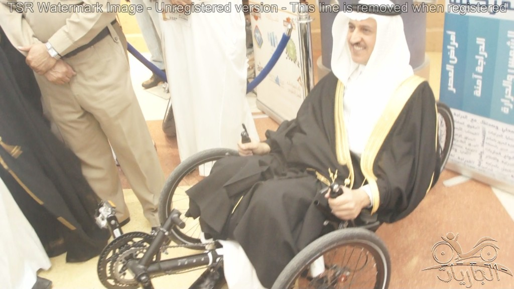 سليمان الثنيان يركب جارية دراجة هوائية