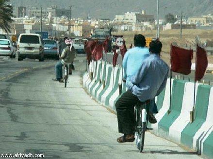 قيادة الدراجة على جانب الطريق