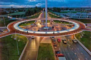 جسر للدراجات فوق طريق سيارات في هولندا